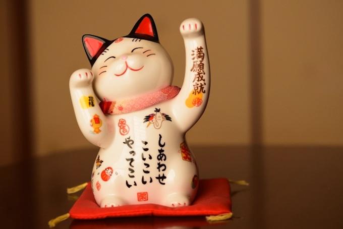 「招き猫」には、なぜ右手を上げる説と左手を上げる説があるの?